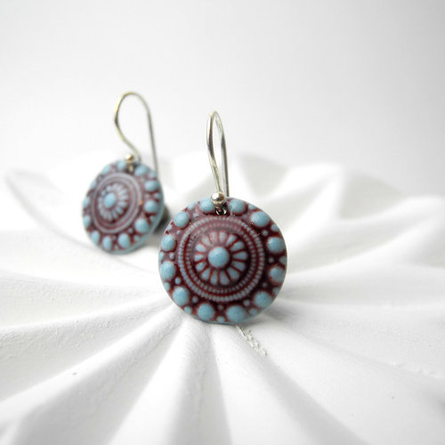 Earrings zeeuwse knot in light aqua and dark red.