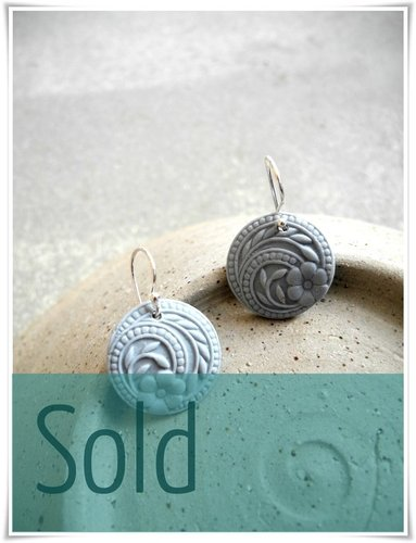 Flower swirls earrings - Solid cool grey.